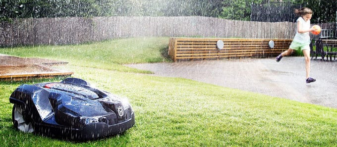 Robot cortacésped Husqvarna Automower 430X cortando con lluvia